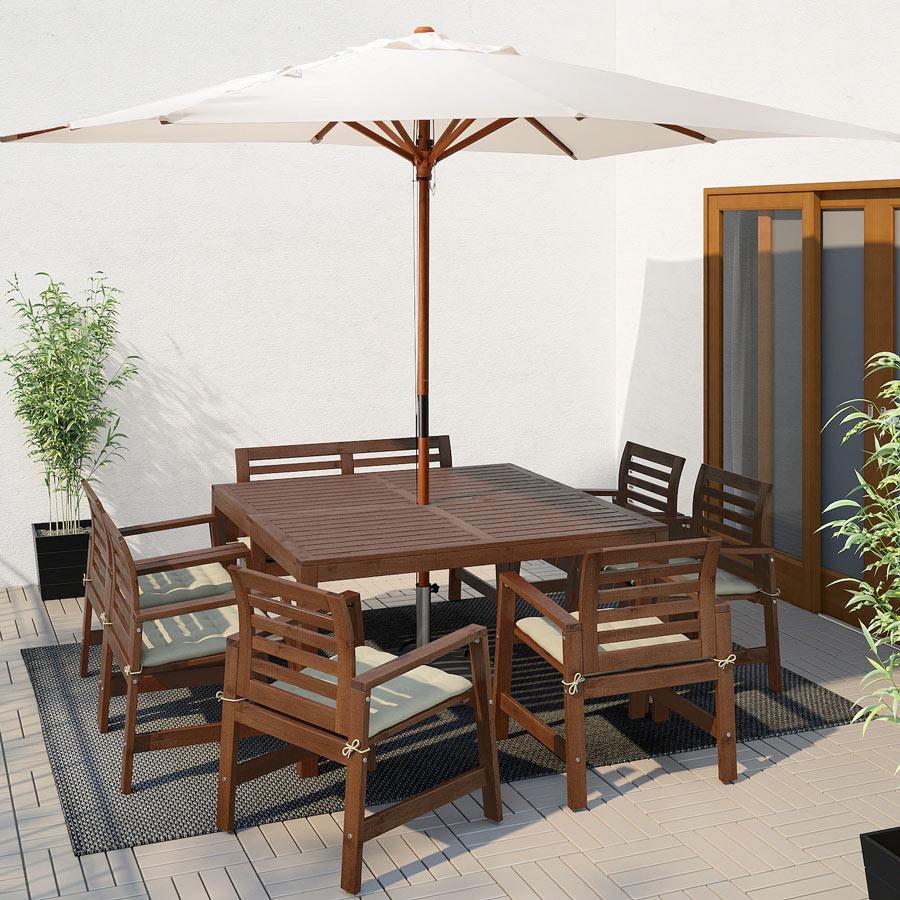 Table IKEA en bois avec parasol.