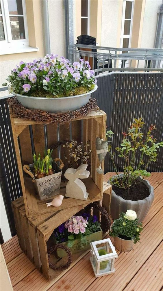 Lavoretti di primavera con fiori e cassette di legno.