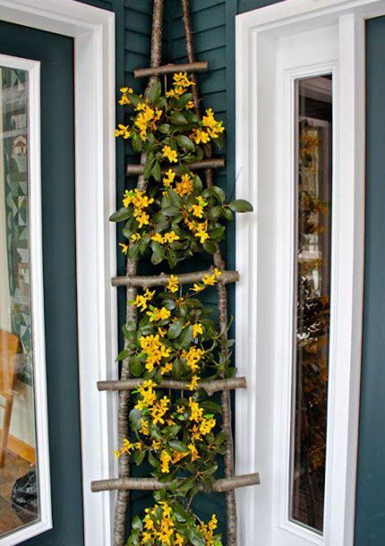 Scala in legno decorata con fiori per decorare il portico in primavera.
