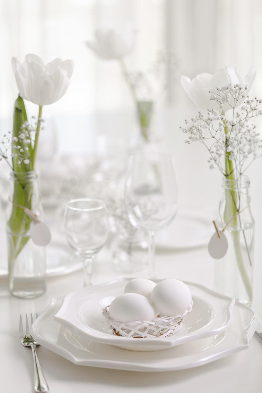 Ovetti di Pasqua in un cestino bianco, bellissimo per decorare il tavolo in stile shabby chic.