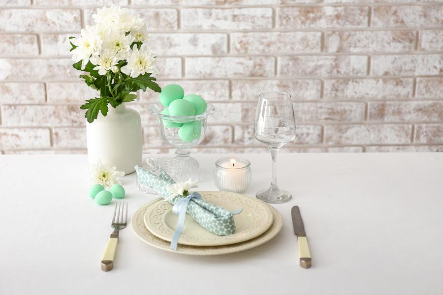 Decorare la tavola di Pasqua in stile shabby chic.