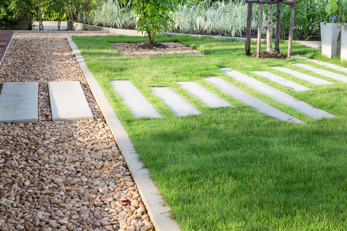 Chemin en pierres dans le jardin.
