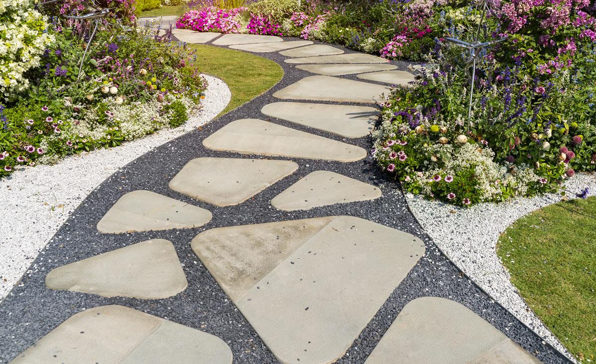 Très belle allée en pierre réalisé dans le jardin.