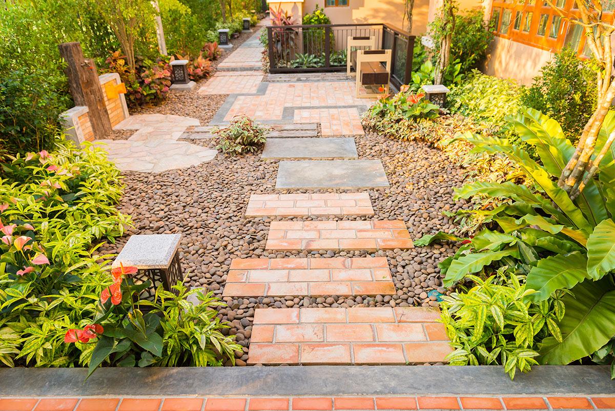 Une allée en pierres dans le jardin.