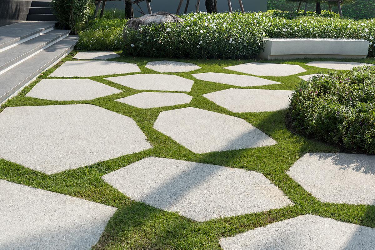 Superbe chemin avec dalles en pierres naturelles.
