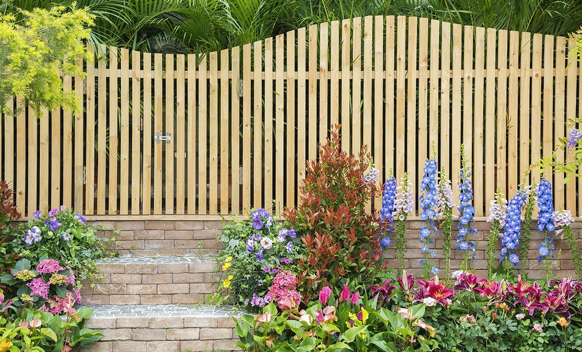 très belle clôture en bois design, belles fleurs pour décorer le jardin.