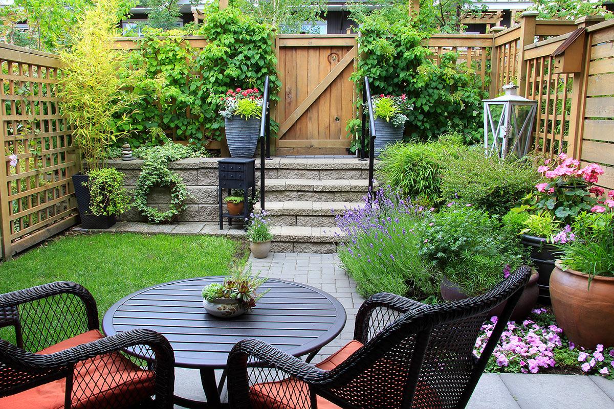 très beau petit jardin avec clôture.