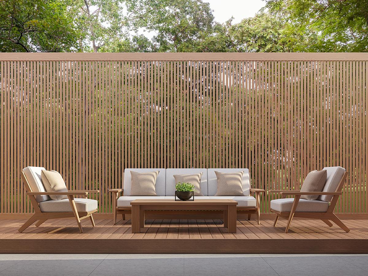 clôture en bois de jardin haute avec planches verticales.