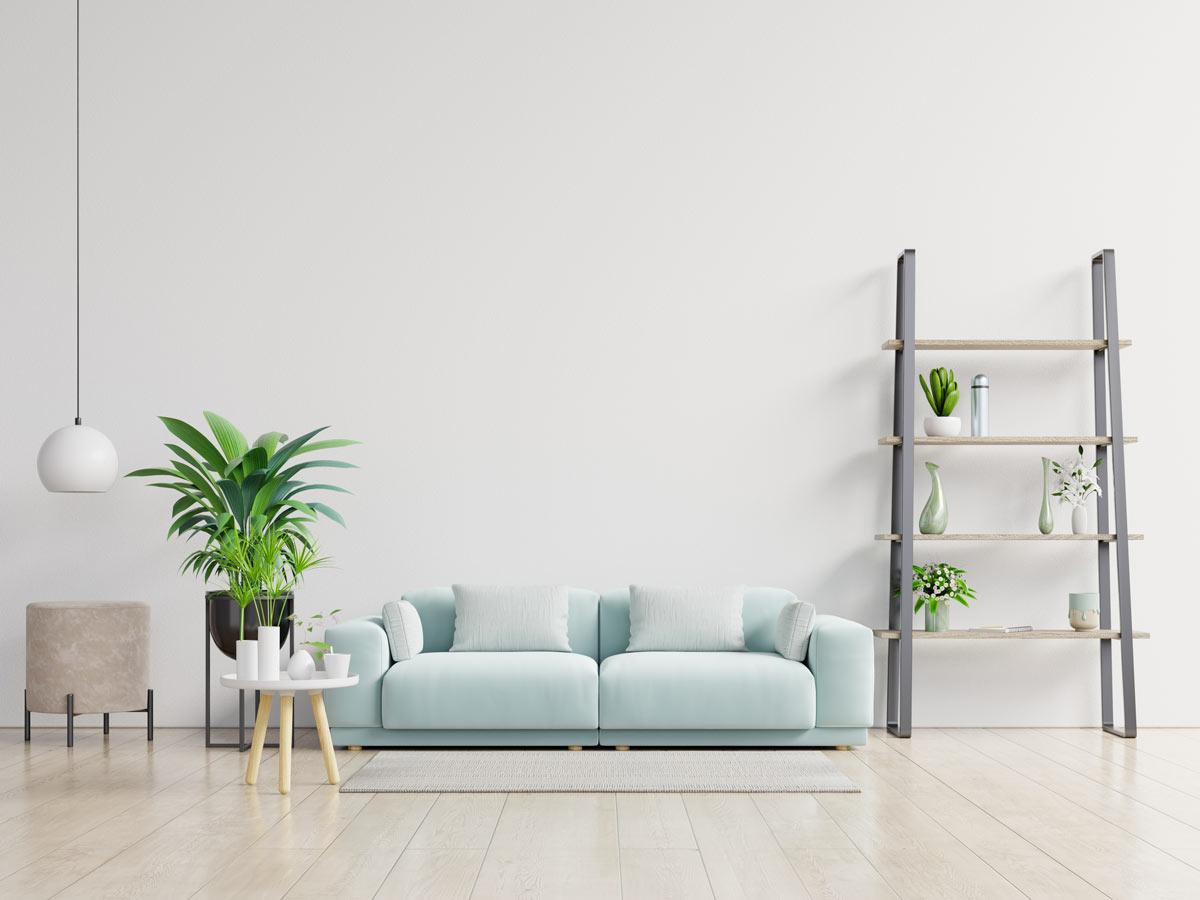 Salon avec canapé 2 places couleur bleu pastel.