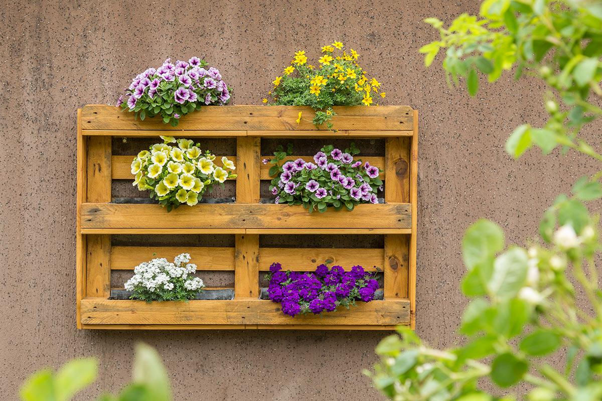 palette recyclée et transformée en jardinière