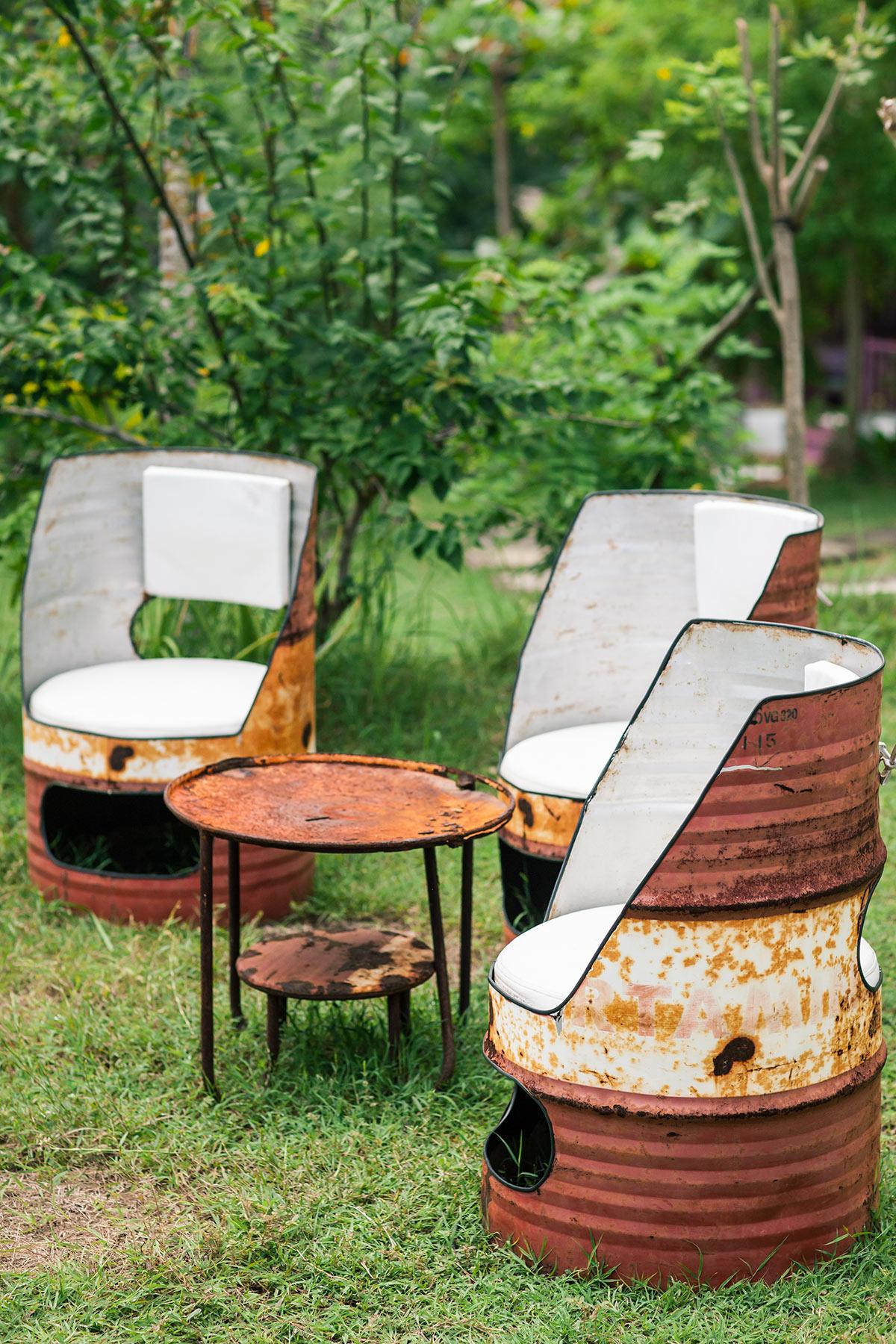 vieux barils en métal recyclés en fauteuils pour salon de jardin