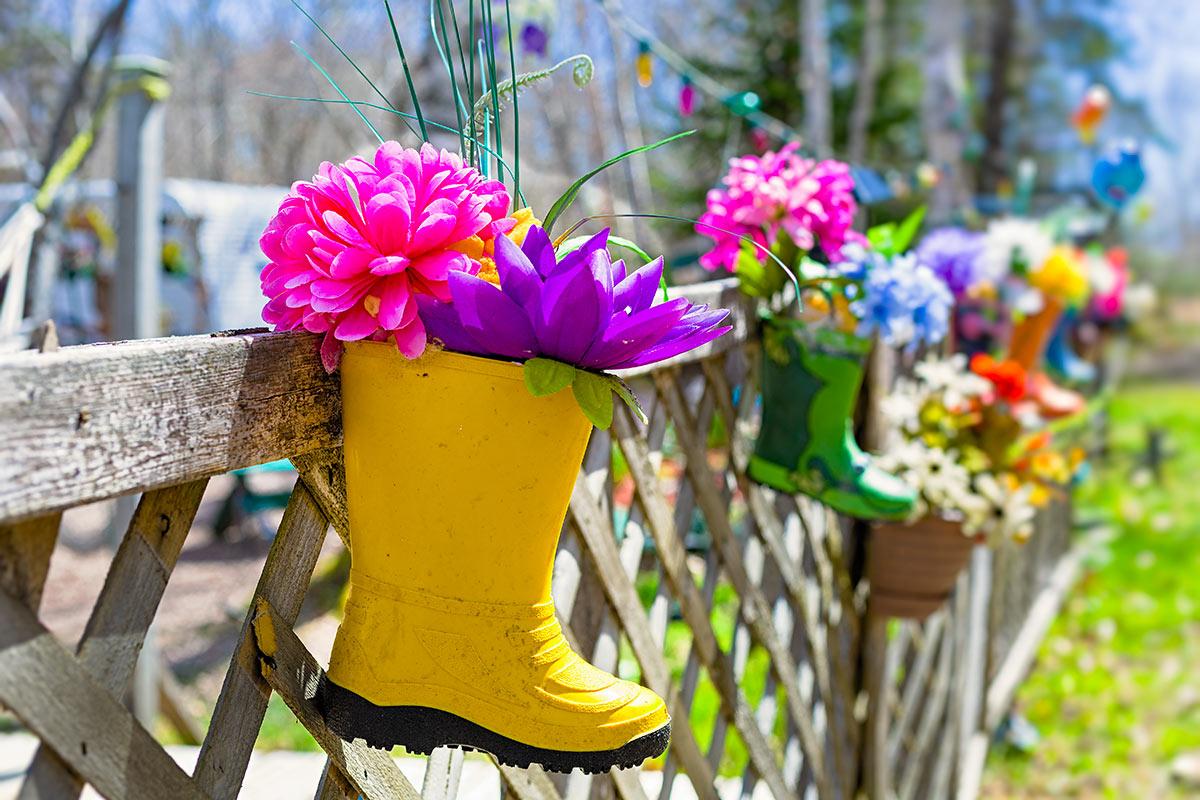 vielle botte imperméable transformée en pot de fleurs original pour extérieur