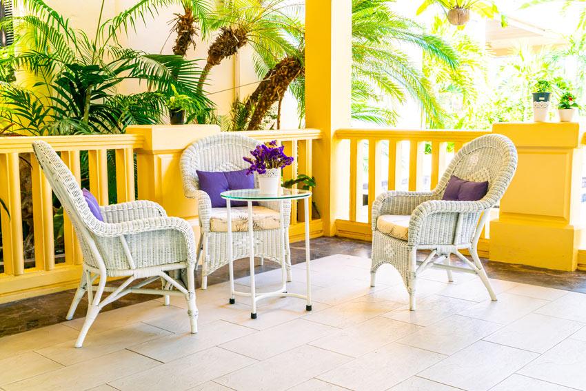 salon d'extérieur shabby blanc avec petite table ronde et plaque en verre