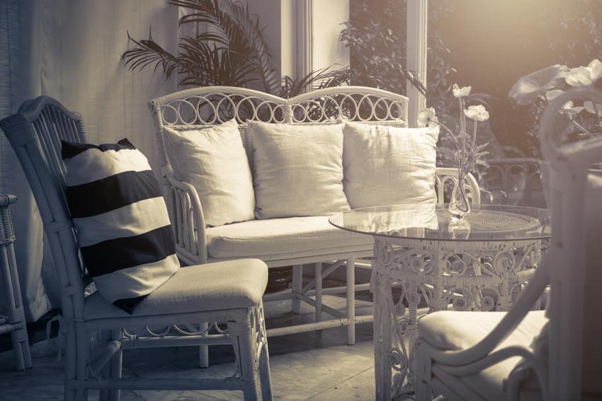 petit salon shabby avec table basse ronde et plaque de verre