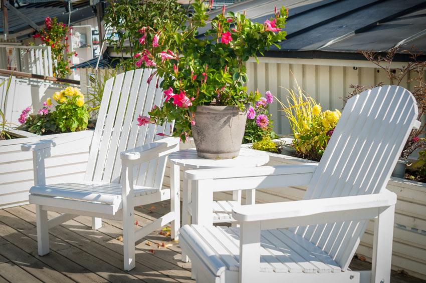 terrasse shabby avec deux transats en bois blancs
