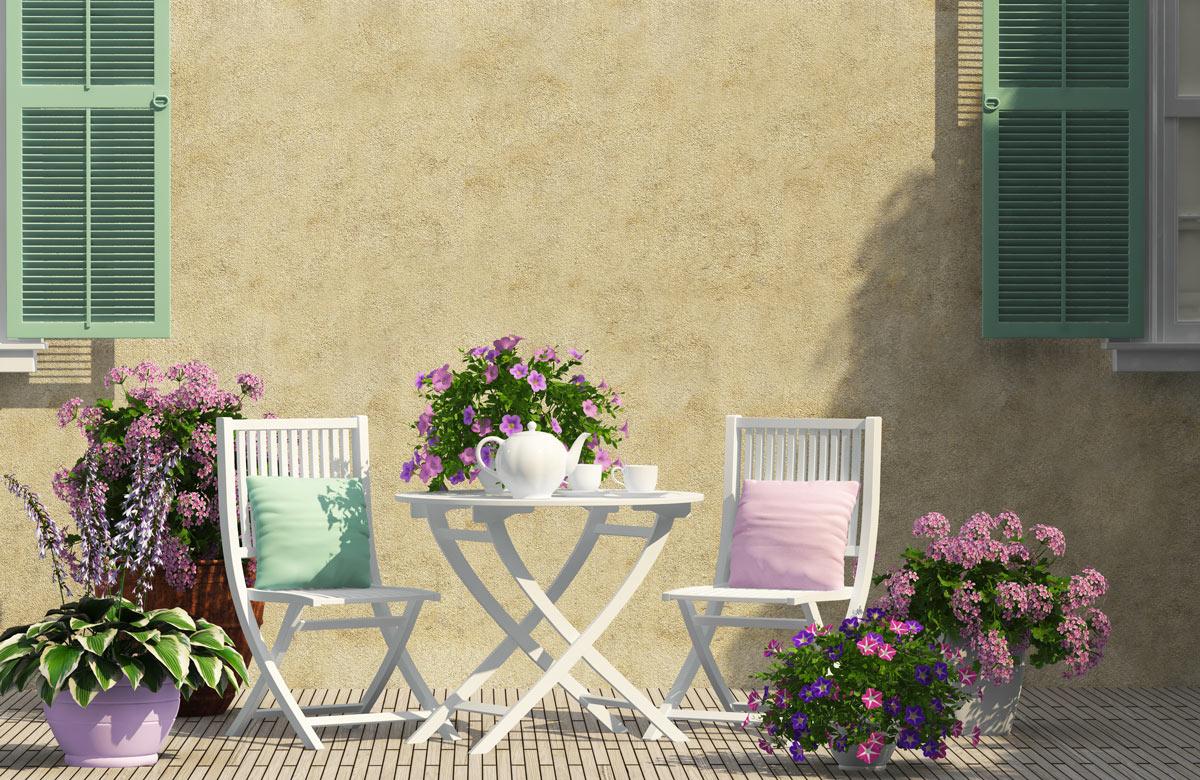 terrasse shabby avec deux chaises blanches et des fleurs