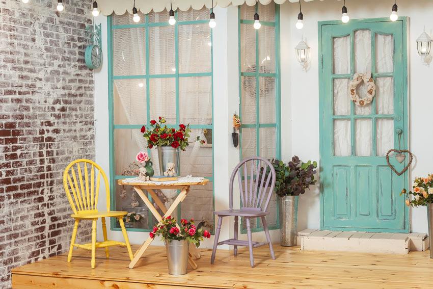 salon shabby chic avec chaises couleur pastel et table en bois