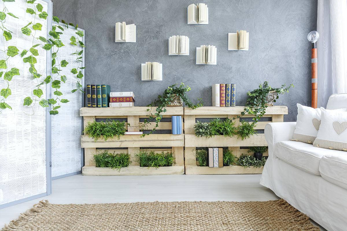 jardinière décorative en palettes dans le salon