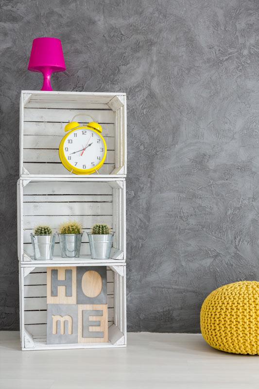 Meuble DIY fait avec trois caisses en bois peintes en blanc