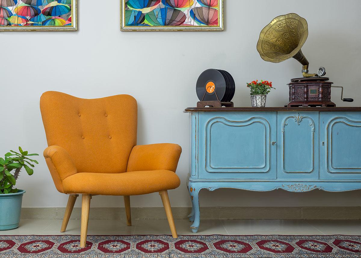 Fauteuil jaune et meuble antique pour une décoration style vintage.