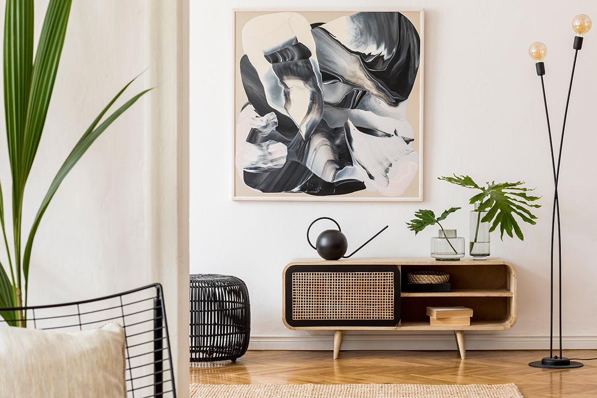 Consolle basse style vintage dans un salon moderne.