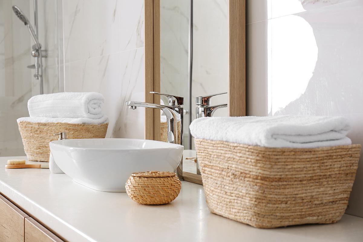 ranger la salle de bains avec des paniers en osier.