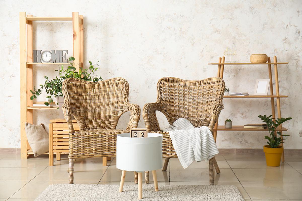 salon avec deux fauteuils élégants réalisés en osier