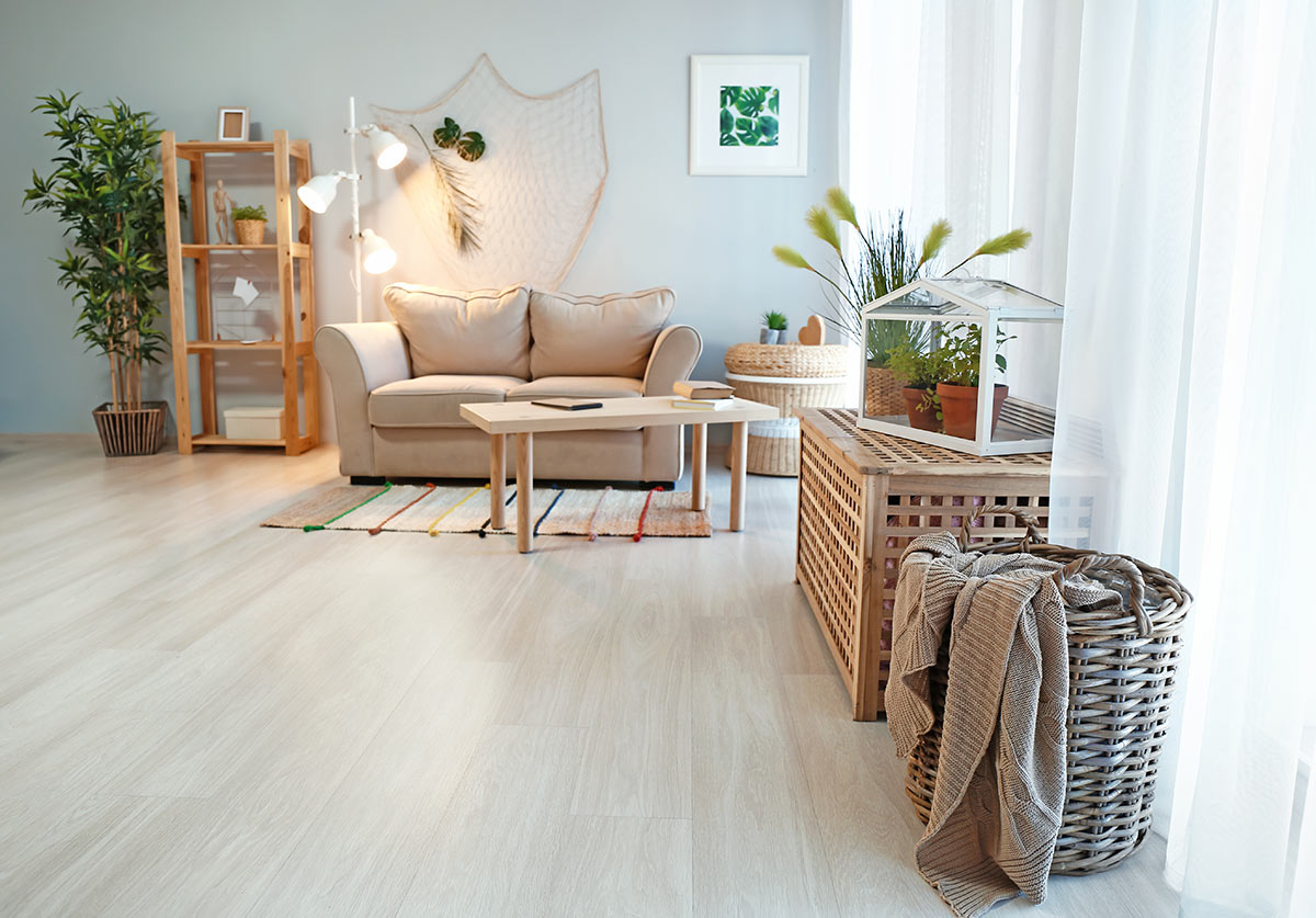 salon moderne avec panier en osier pour ranger les couvertures.
