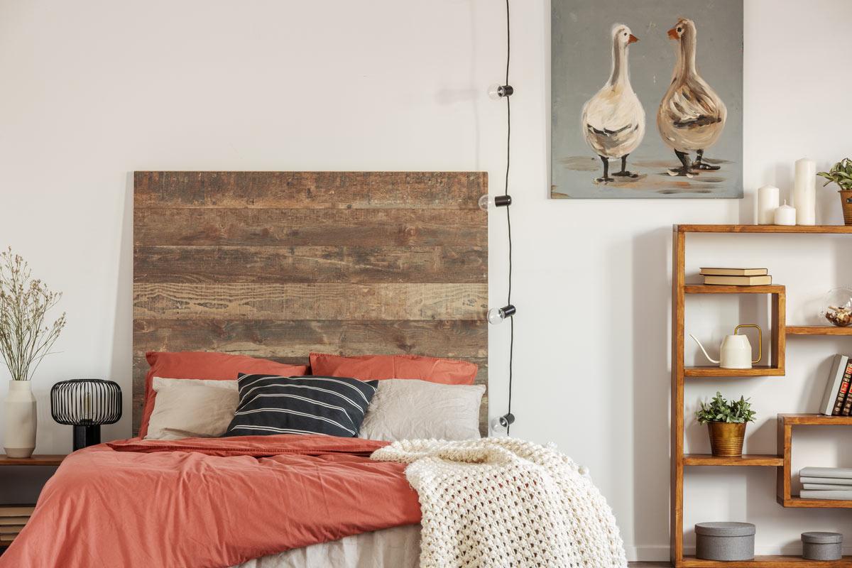 Chambre moderne meublée avec tête de lit DIY faite de palettes
