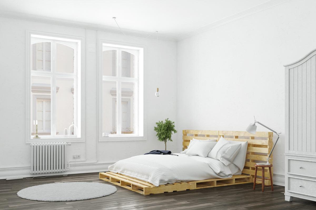 chambre blanche avec lit réalisé en bois de palette