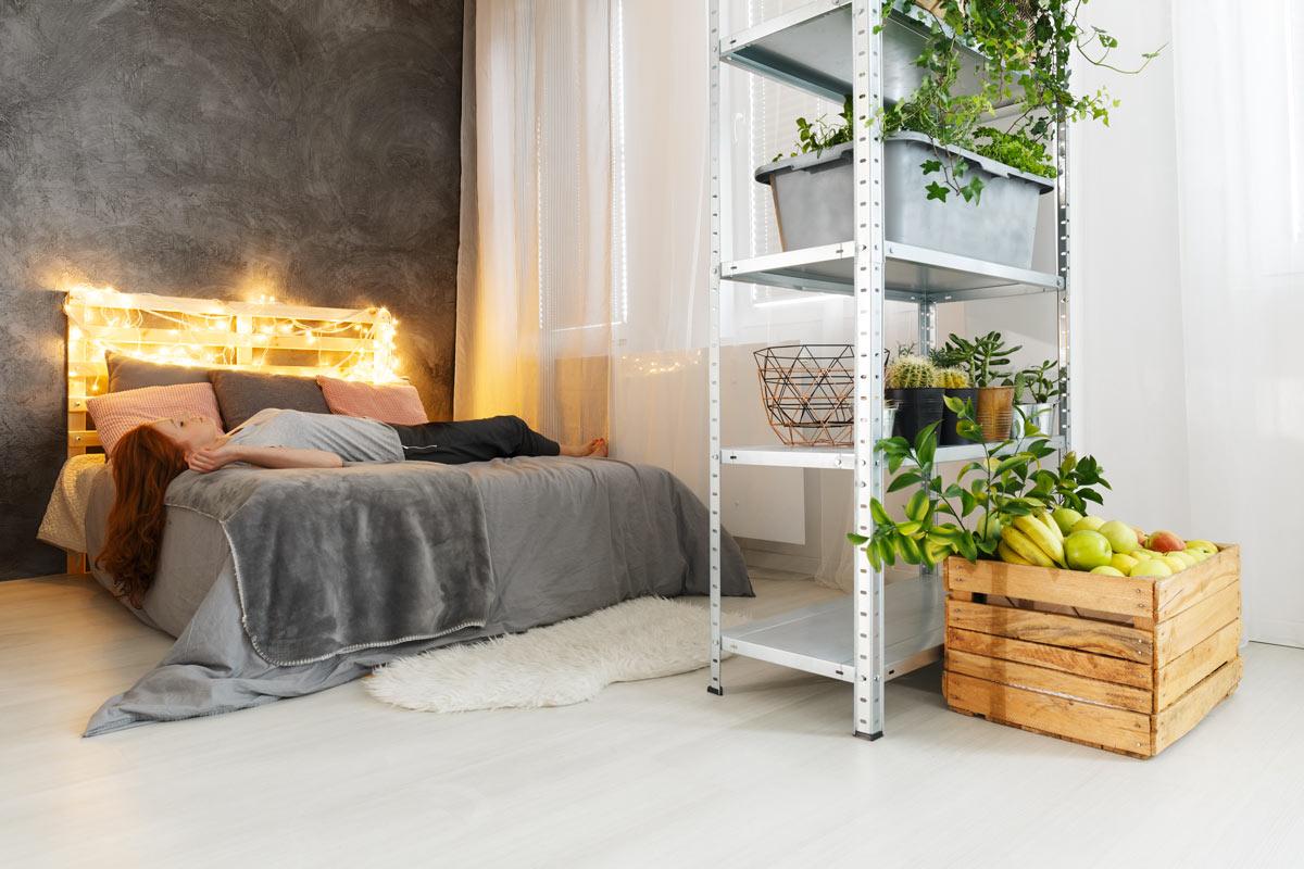 tête de lit DIY avec palettes et lumières décoratives