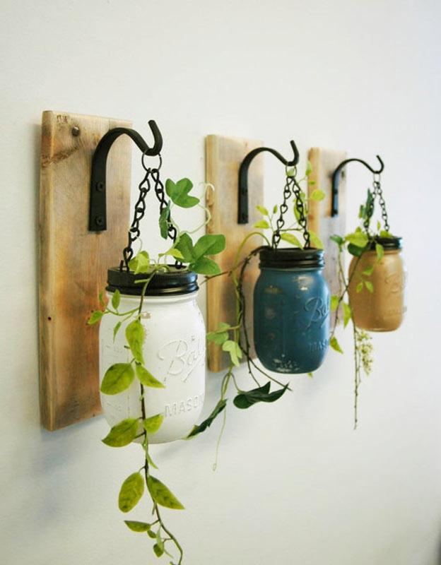 bocaux colorés suspendus à des planches de bois