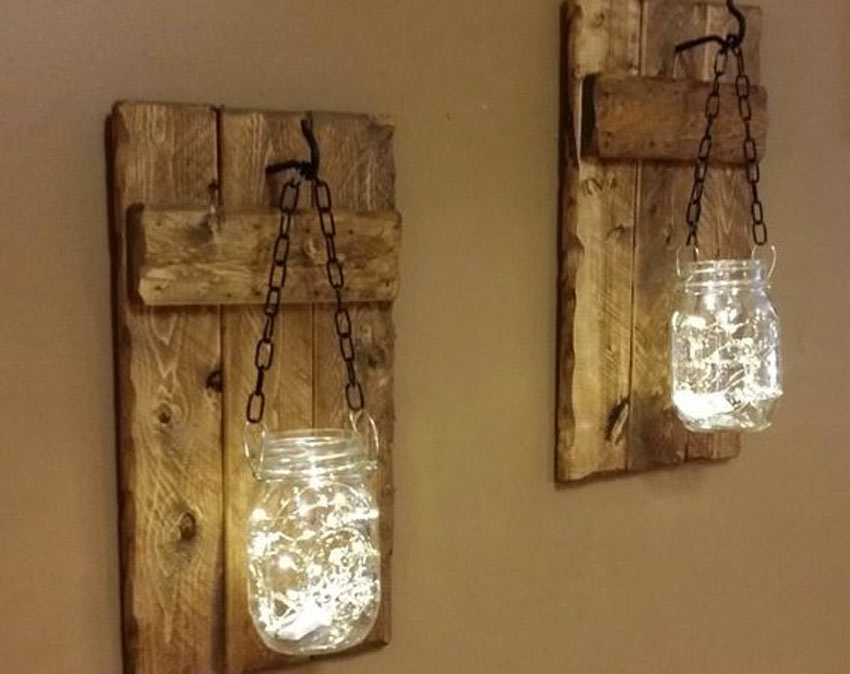 bocaux suspendus avec chaine à des volets en bois