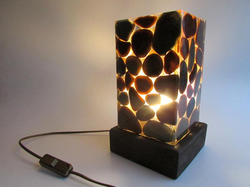 lampe DIY décorée avec des galets