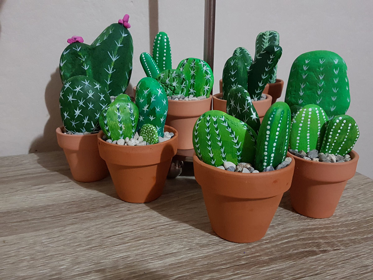 galets peints en cactus dans petits pots de vases en terre cuite