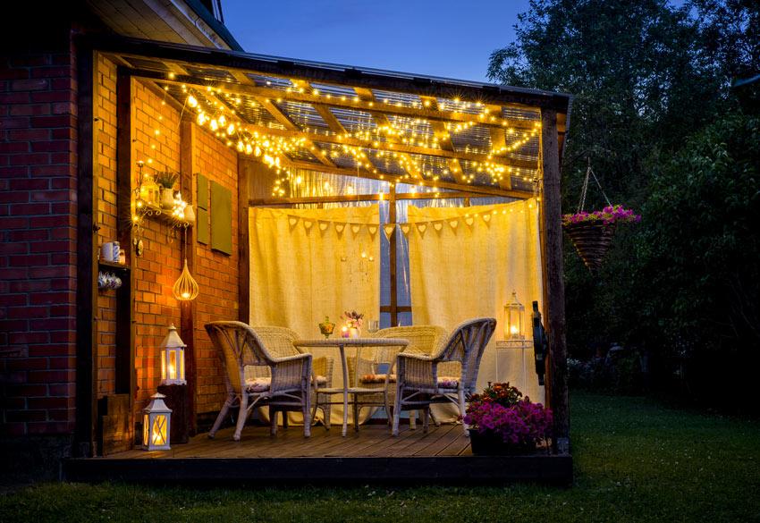 pergolas illuminée avec des lumières suspendues au toit