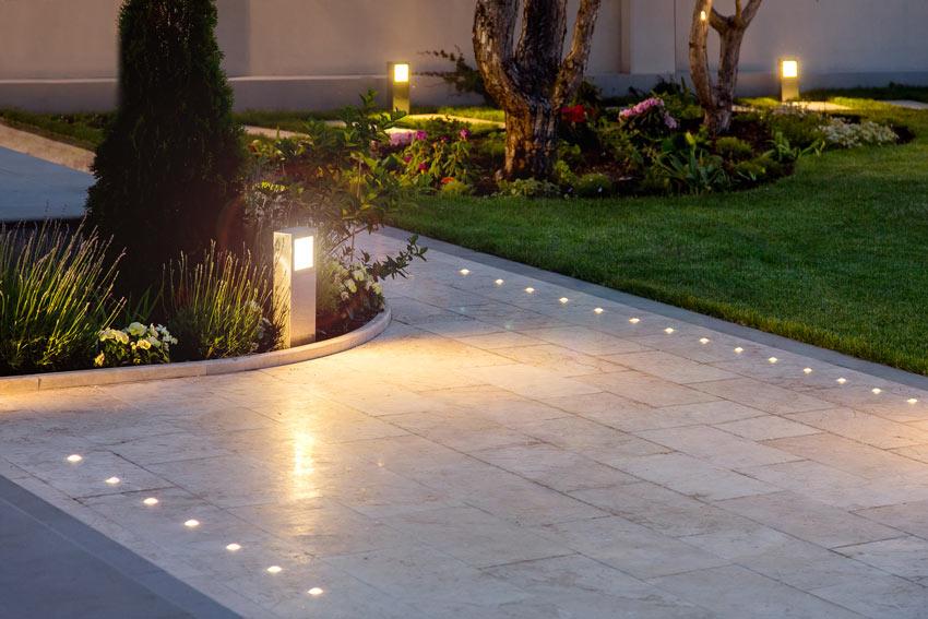 Petites lumières encastrées dans le jardin