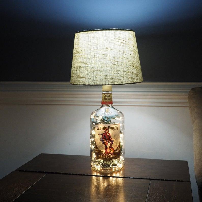 lampe DIY avec bouteille d'alcool capitaine Morgan