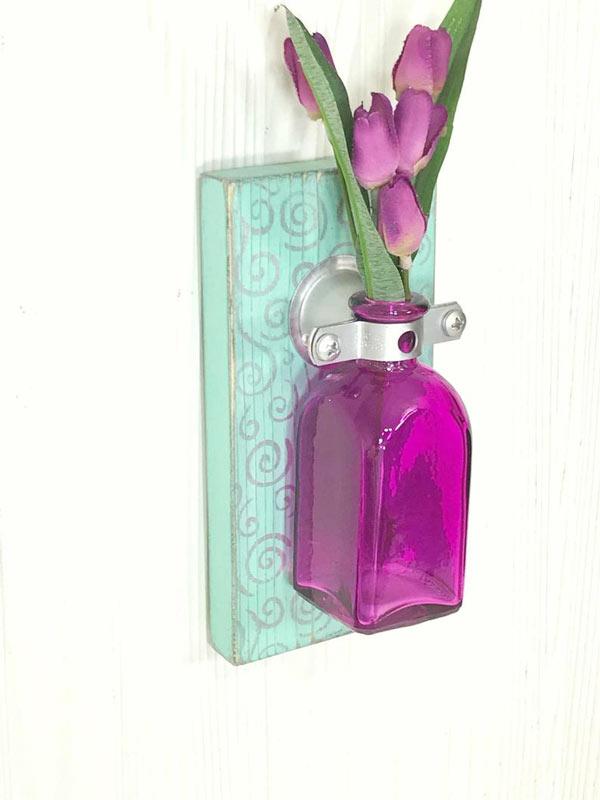 porte-fleurs DIY avec bouteille violette sur fond turquoise