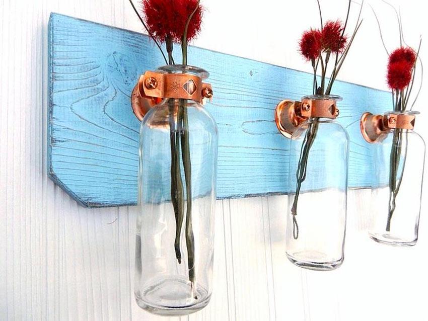 porte-fleurs DIY avec plantes rouges et planches en bois bleue