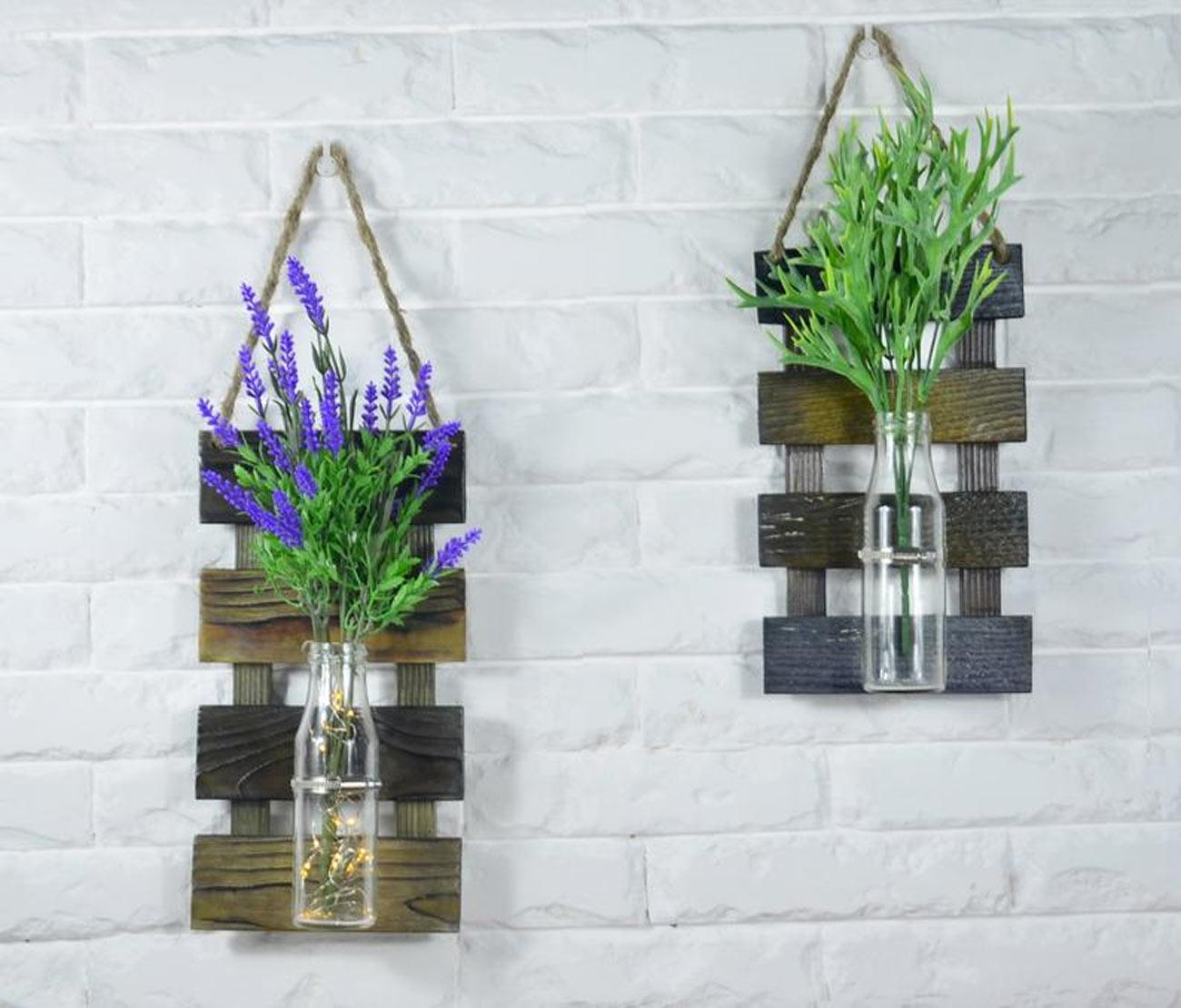 porte-fleurs DIY suspendus au mur avec une petite planche