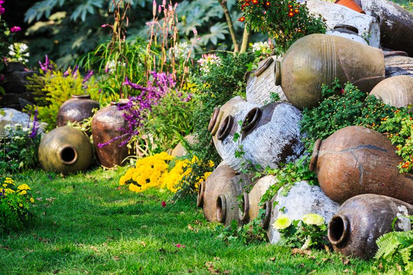 composition de vases en terre cuite dans le jardin
