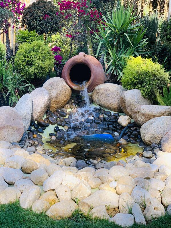 fontaine originale avec amphore/vase en terre cuite