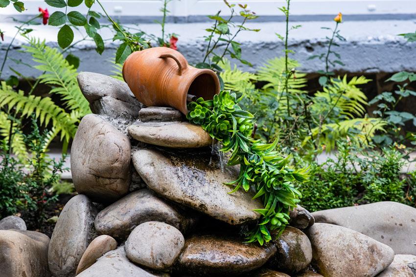 vase avec fontaine dans le jardin