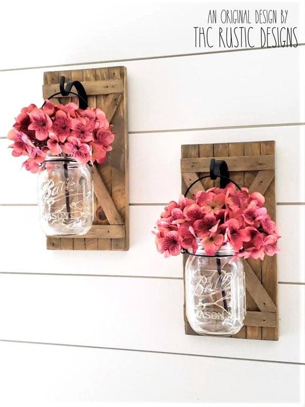 fleurs roses bocaux en verre sur volets en bois DIY