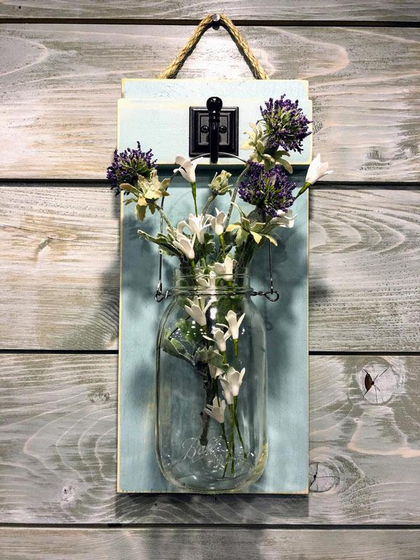 bocaux en verre avec fleurs sur planche en bois bleu ciel DIY