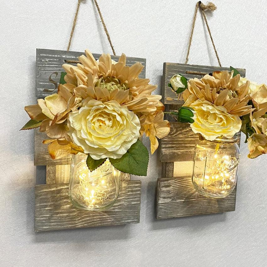 fleurs jaunes dans bocaux en verre suspendus à une planche en bois DIY
