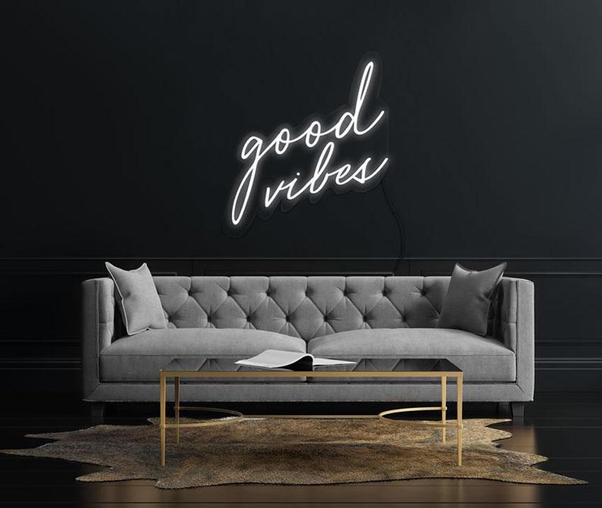 écritures murales avec néons lumineux