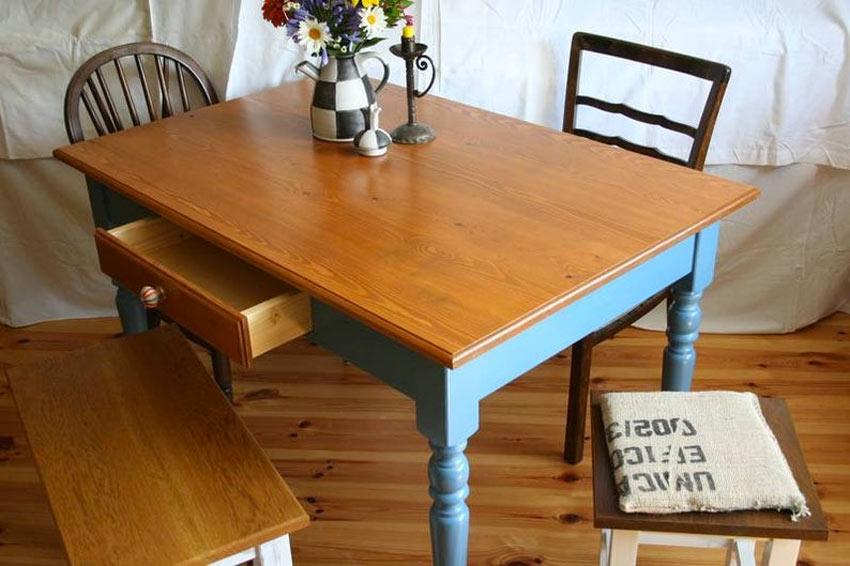 table en bois et couleur bleu ciel
