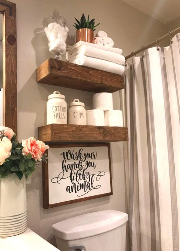 étagères en bois country dans la salle de bain